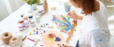 mujer-joven-creativa-que-pinta-cuadros_236854-2279